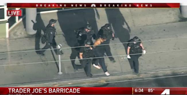 洛杉磯一名持槍歹徒為了躲避追緝,幾度與警方駁火並逃進一家Trader Joe's連鎖超市躲藏,數小時後被捕。(美聯社)