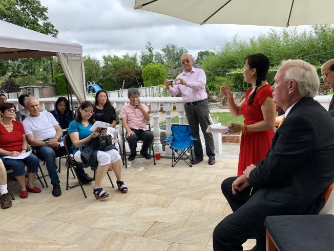 艾維樂(右一)與選民面對面探討教育、社區環境等議題。(記者朱蕾/攝影)