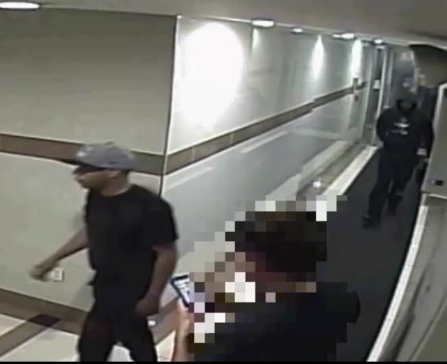 兩名嫌犯一前一後進入法拉盛的公寓搶劫。(警方提供)