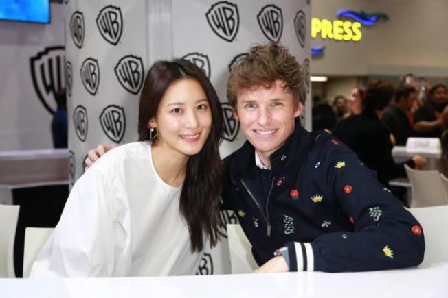 「怪獸與葛林戴華德的罪行 」這次也加入韓國明星秀賢(左)出演一個可以變身怪獸的角色,與艾迪瑞德曼出席漫展。(圖:華納提供)