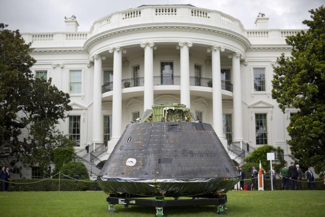 川普總統日前在白宮舉行「美國製造」展,太空艙列展。(美聯社)