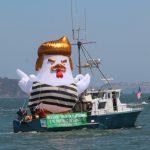 川普雞氣球巡遊金山海灣 民眾爭相拍照