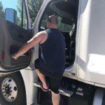 卡車司機:每天搬貨8000磅 賺血汗錢