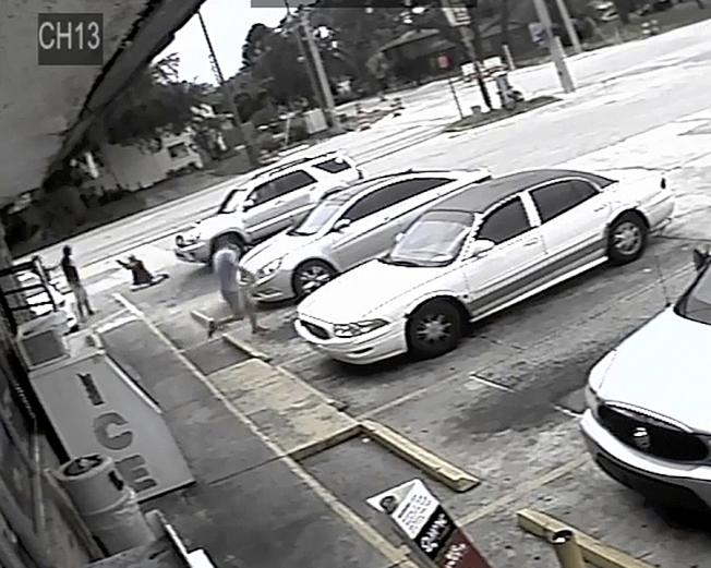 錄影畫面顯示,倒在地上的卓卡對著麥克拉頓開槍。(美聯社)