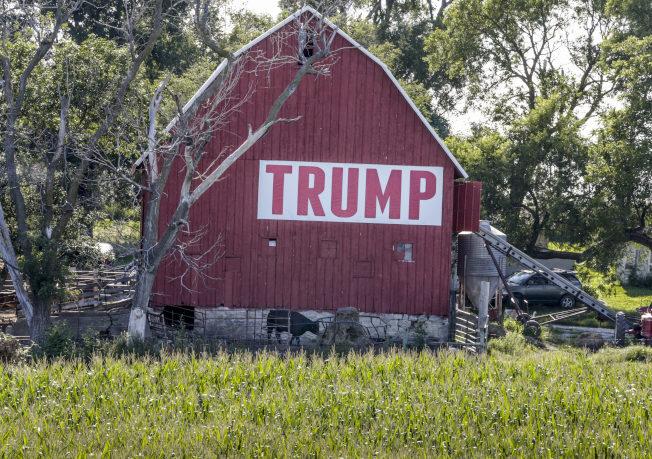 在內布拉斯加州一處農屋上掛著「川普」英文字樣,歡迎川普總統紓困。(美聯社)