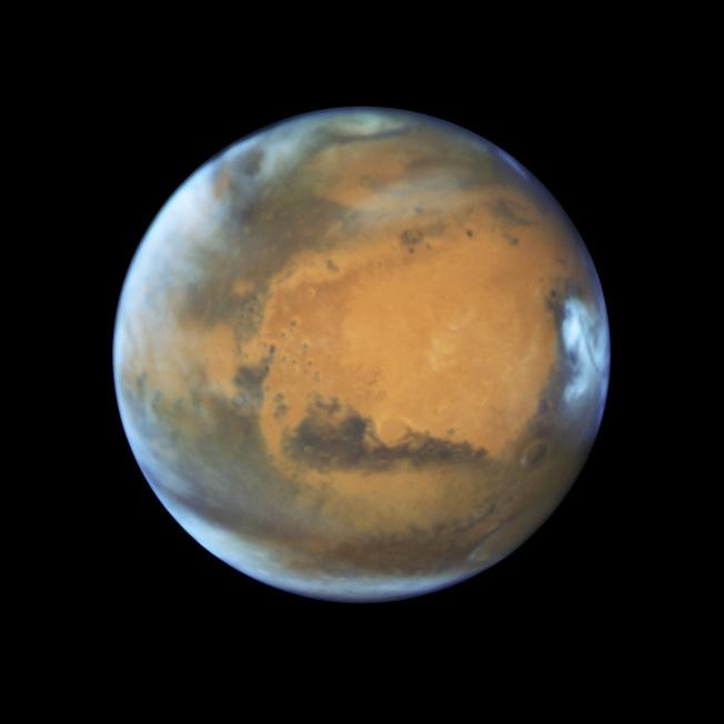 NASA在2016年5月公布的火星照片。最新「科學」雜誌首次證實指在火星地表下有大量水份。(美聯社)
