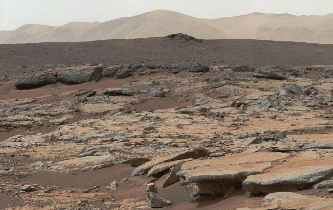 這張在2013年12月9日NASA的「好奇號」火星探測車所拍攝的部分火星地表,讓科學家早就研判火星地表層藏有水。(Getty Images)