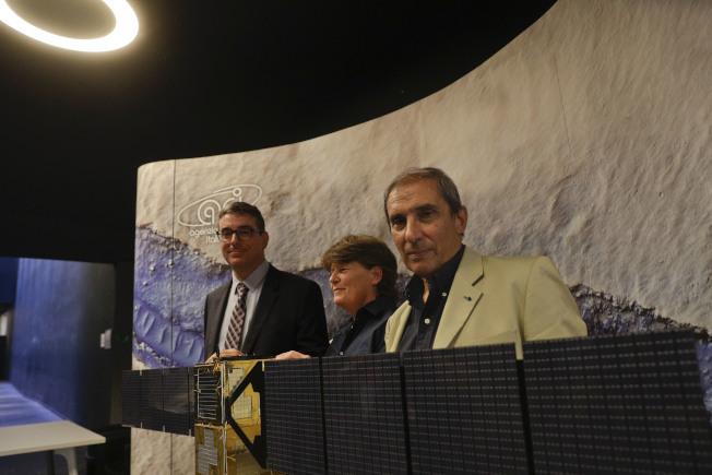 義大利三位天文物理學家25日在義大利太空中心宣布研究成果,證實火星地表下藏有大量鹹水湖。(美聯社)