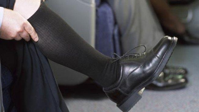 專家建議搭機穿彈性襪,不但舒適,也降低深靜脈血栓的風險。(Getty Images)