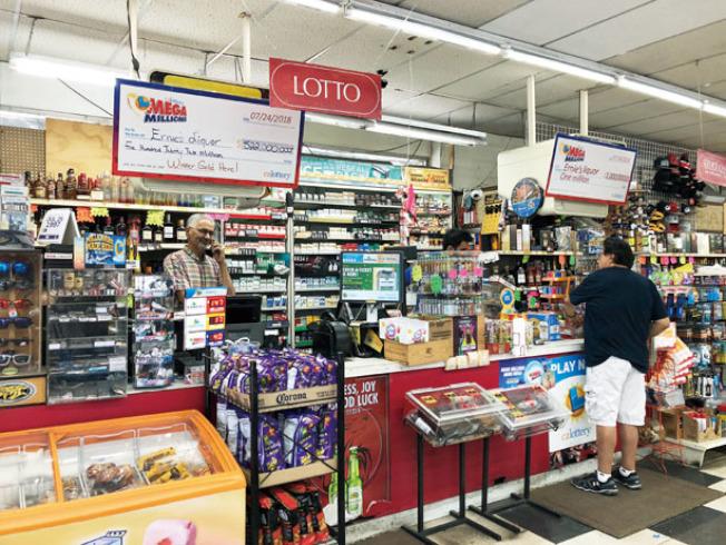 店家於櫃檯掛上大大的標示,宣布開出頭彩彩券。(記者林亞歆/攝影)