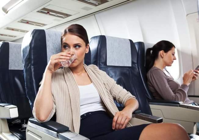 有空姐爆料,机上的输水管从不清洗,空服员绝不会在飞机上喝热水。(Getty Images)