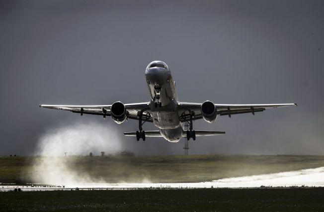 航空業專家正擬定法規,讓一些大型客機能在美國大部分機場,在比目前允許的能見度差很多的情況下照常起飛,並可望協助減少班機誤點。(Getty Images)