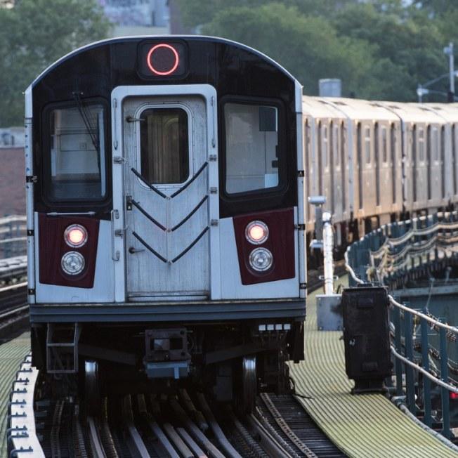 一名男子硬拖女友迎著進入布碌崙地鐵站的列車一起跳下月台,結果雙雙慘被撞死。(Getty Images)