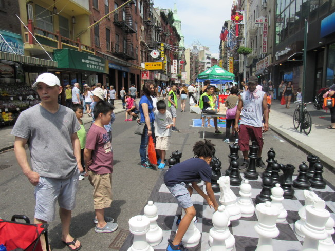 第四屆的曼哈頓華埠「周末漫遊節」28日在勿街登場,吸引大批民眾參加。(記者顏嘉瑩╱攝影)