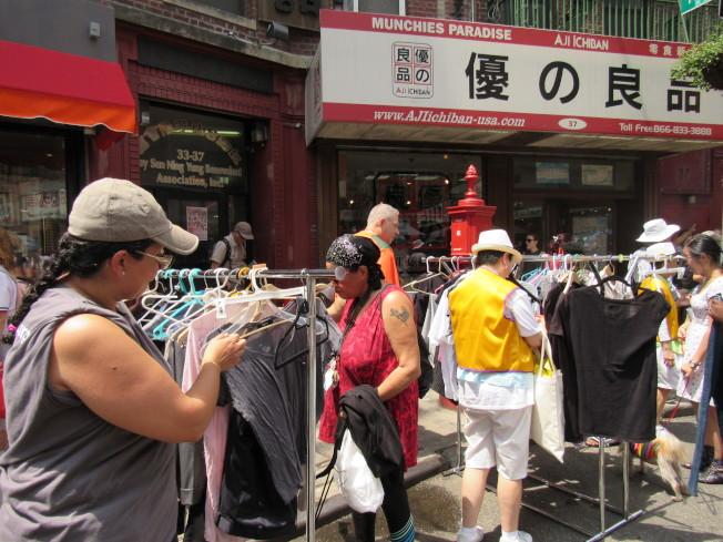 華埠商改區首次與市衛生局合作舉辦大規模的二手物品交換活動。(記者顏嘉瑩/攝影)