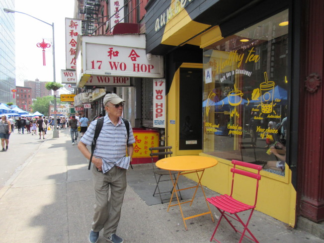 Yepez-MacBeth看到有店家把桌椅放到人行道上,感到相當開心。(記者顏嘉瑩/攝影)