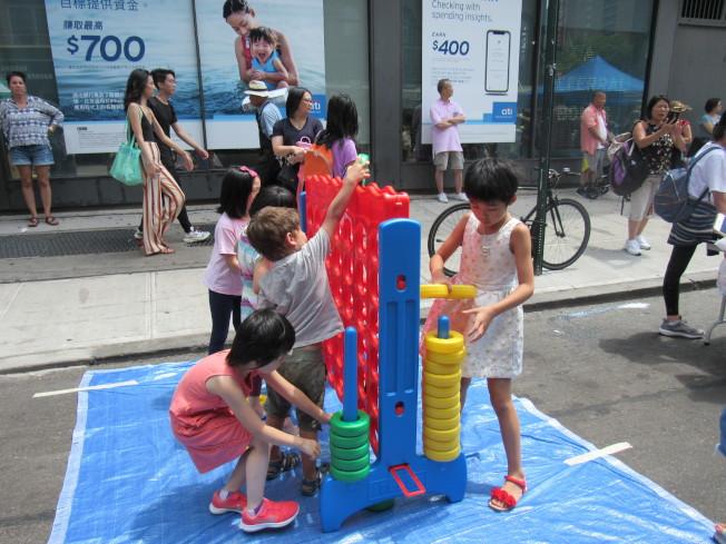第四屆的曼哈頓華埠「周末漫遊節」28日在勿街登場,吸引大批民眾參加。(記者顏嘉瑩/攝影)