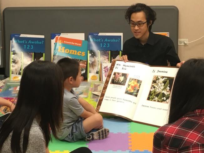 李健雲為孩子們生動講故事。(記者張筠/攝影)