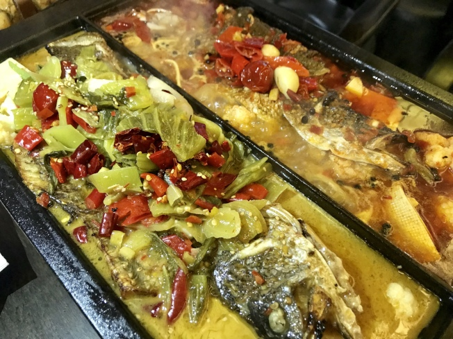 「江邊城外」的烤魚還原正宗萬州味道。(記者劉大琪/攝影)