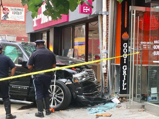 黑色SUV車頭完全變形,安全氣囊也整個彈出,玻璃破碎嚴重。(記者張筠╱攝影)