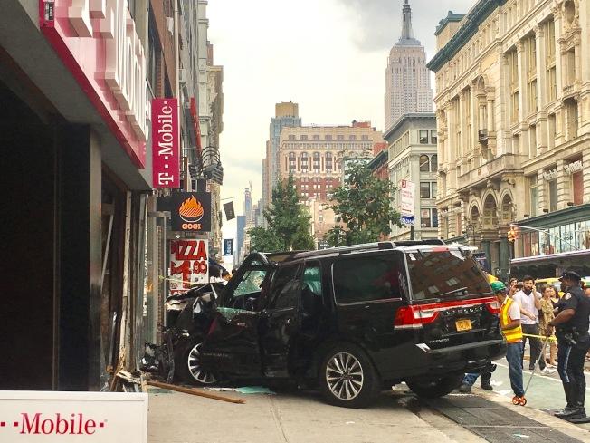 黑色SUV自南向北行駛,但因超速失控而衝入西北方向的人行道上。(記者張筠╱攝影)