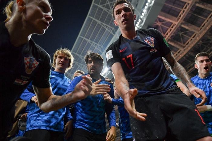 法新社記者柯特茲在混亂中按了快門,拍下克羅埃西亞球員們向他伸出手的瞬間。Getty Images