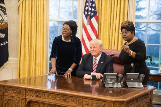 鑽石與絲綢姐妹在白宮橢圓形辦公室與川普總統合影。(取材自推特)