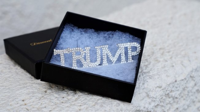 鑽石與絲綢網店售賣川普名字的飾品。(取材自鑽石與絲綢網店)