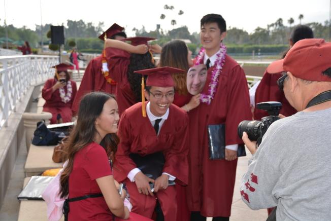 亞凱迪亞高中2017年畢業生拍照留念笑得開心。(記者丁曙/攝影)