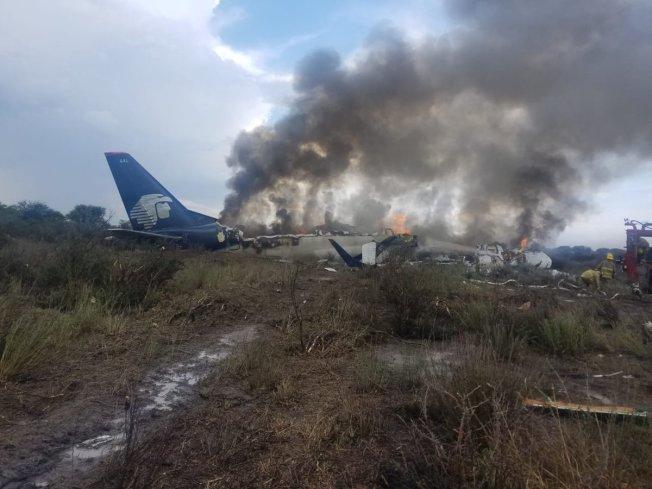 墨西哥航空公司班機在墨西哥起飛後旋即墜毀,圖為現場可見機尾完好。(Reforma 推特)