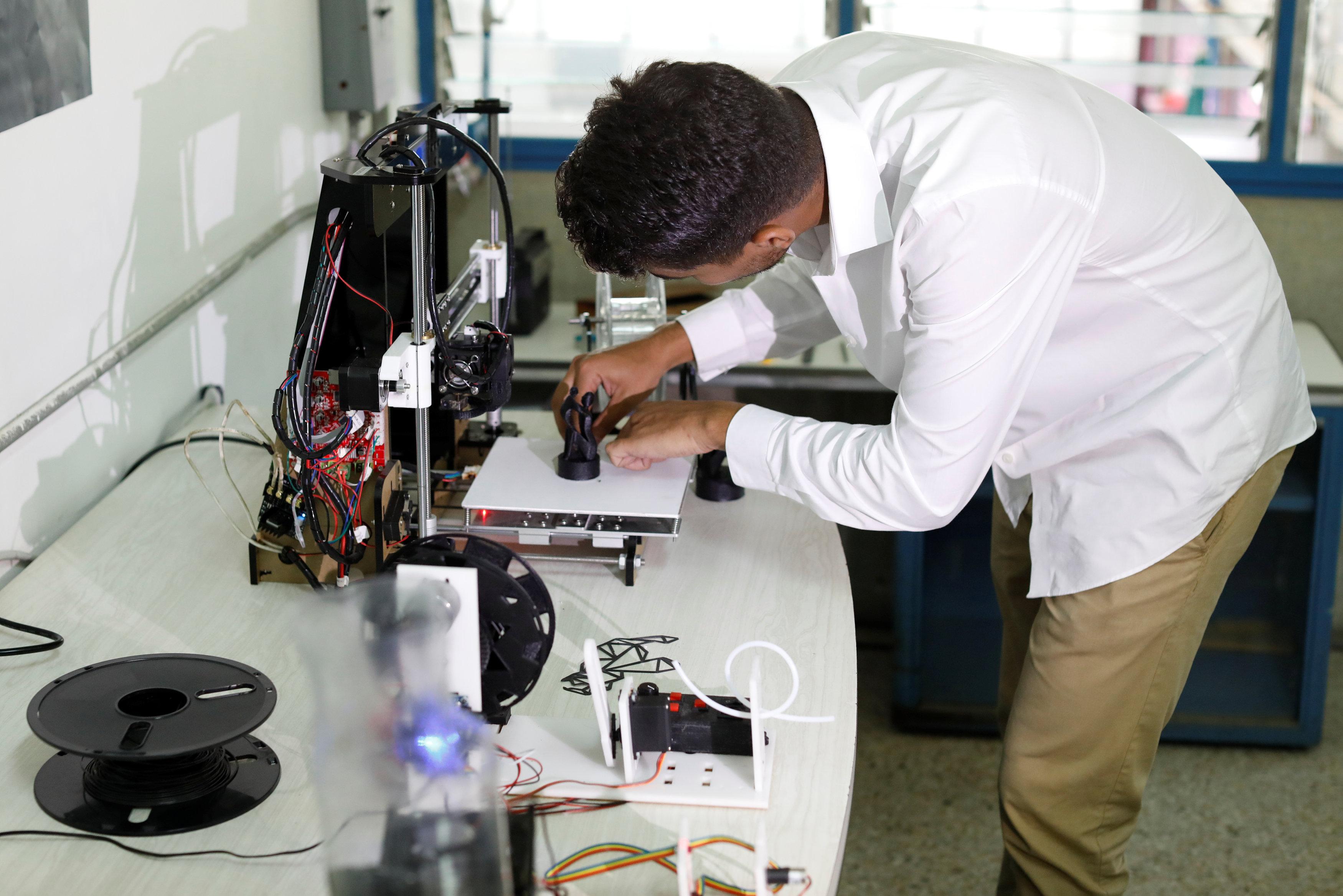 技術人員調整3D列印機,準備製造物品。(路透)