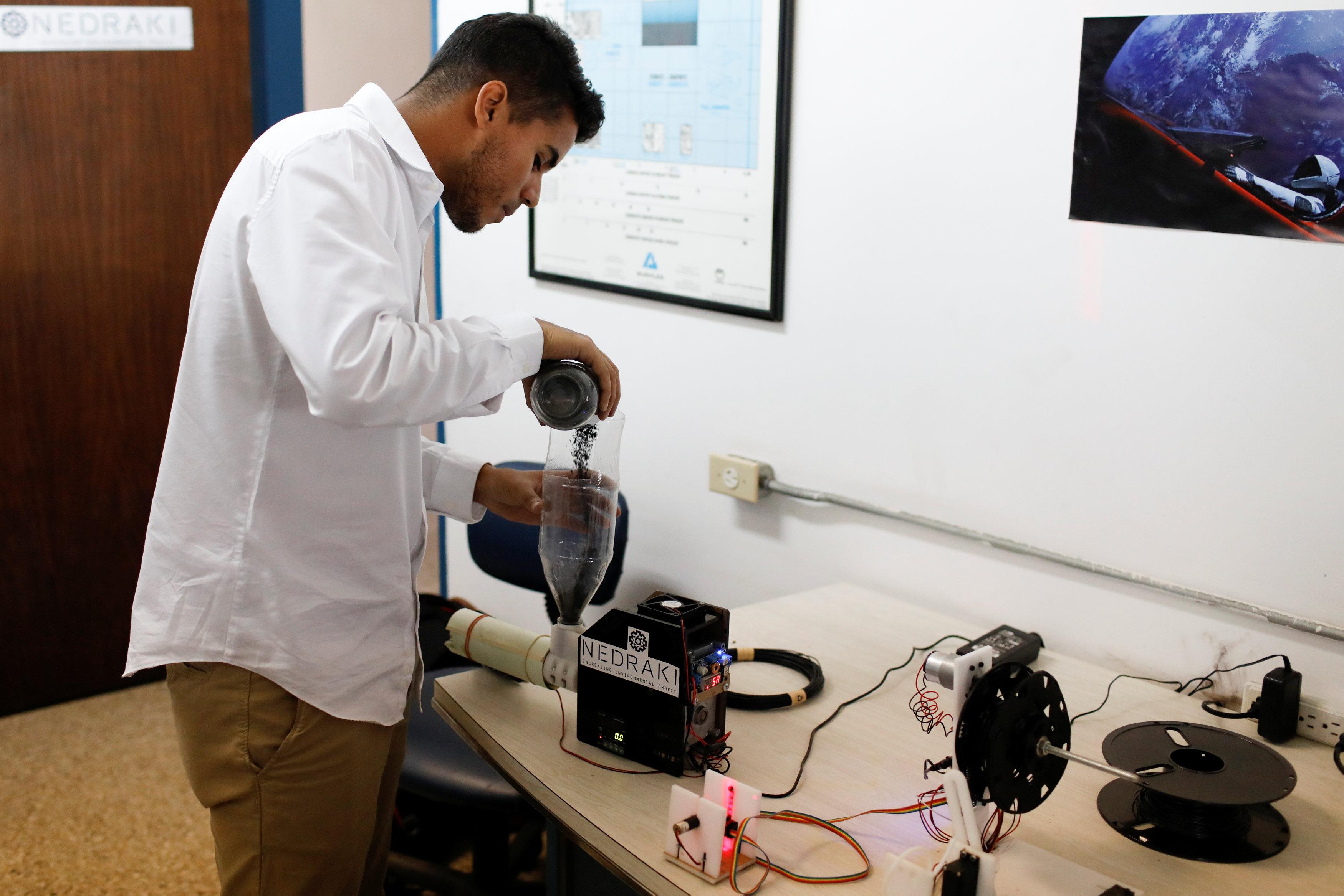 技術人員融化塑膠原料,準備用3D列印機來輸出。(路透)