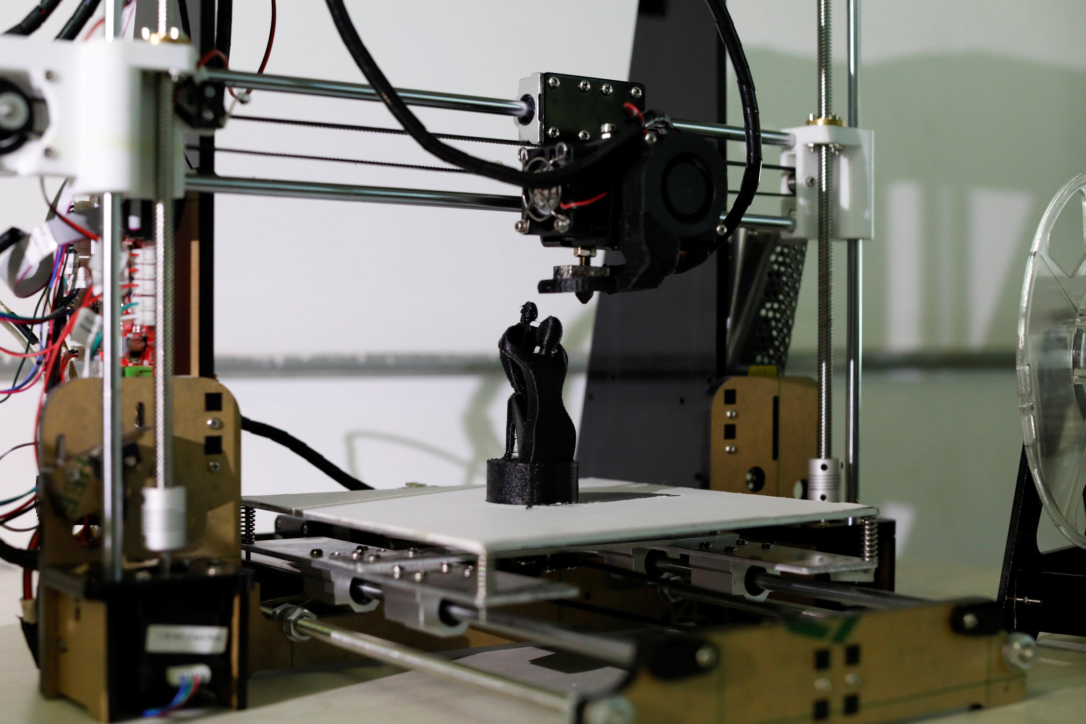 3D列印機利用廢棄塑膠原料造出來的雕像。(路透)