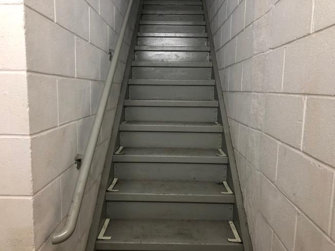 開門見樓梯在風水上無法聚財。(記者顏嘉瑩/攝影)