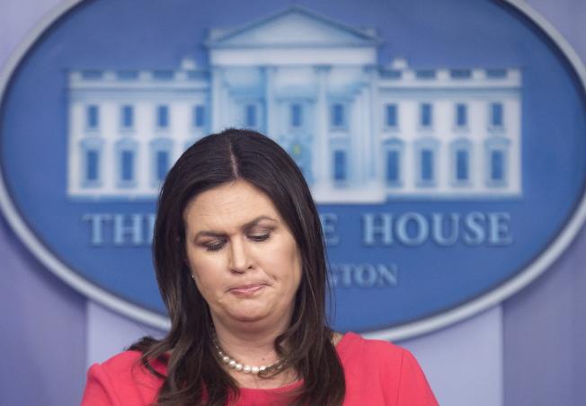 川普連續說錯話,白宮發言人桑德斯疲於招架。(歐新社)