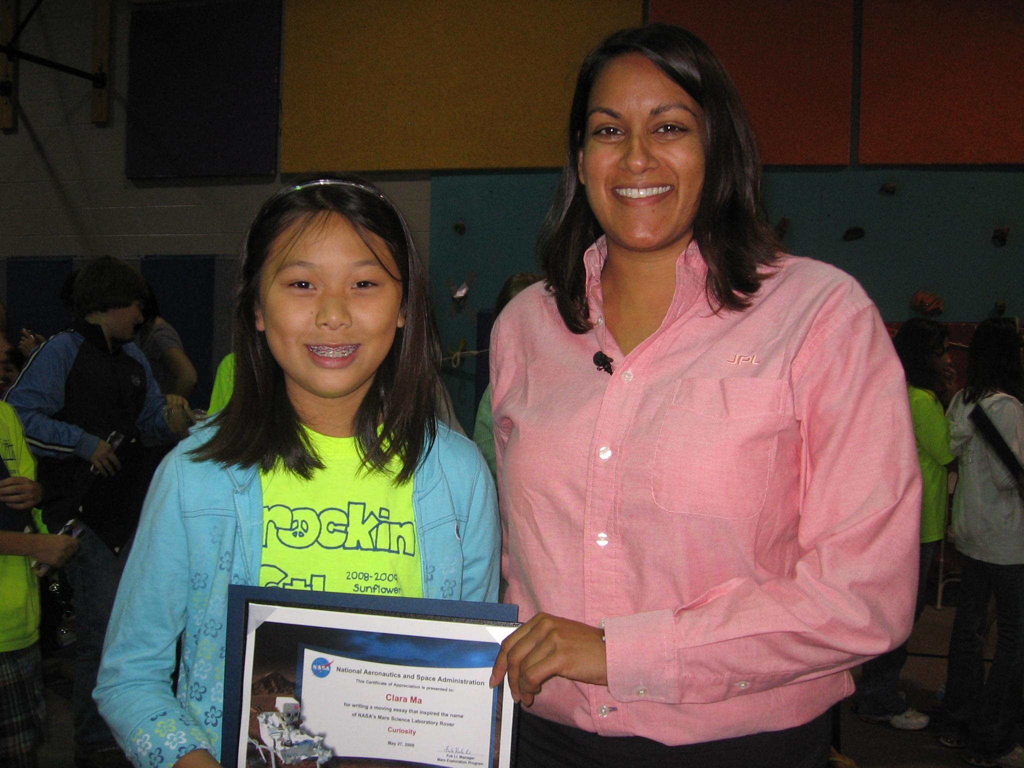 華裔女生馬天琪接受NASA頒獎。(NASA)