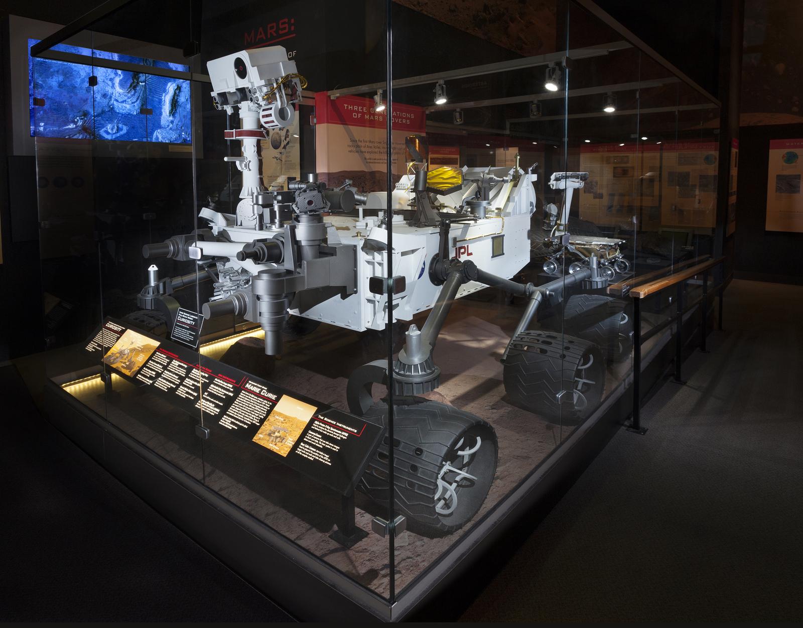 正在國家航太博物館展出的「好奇號」火星探測車。(作者提供)