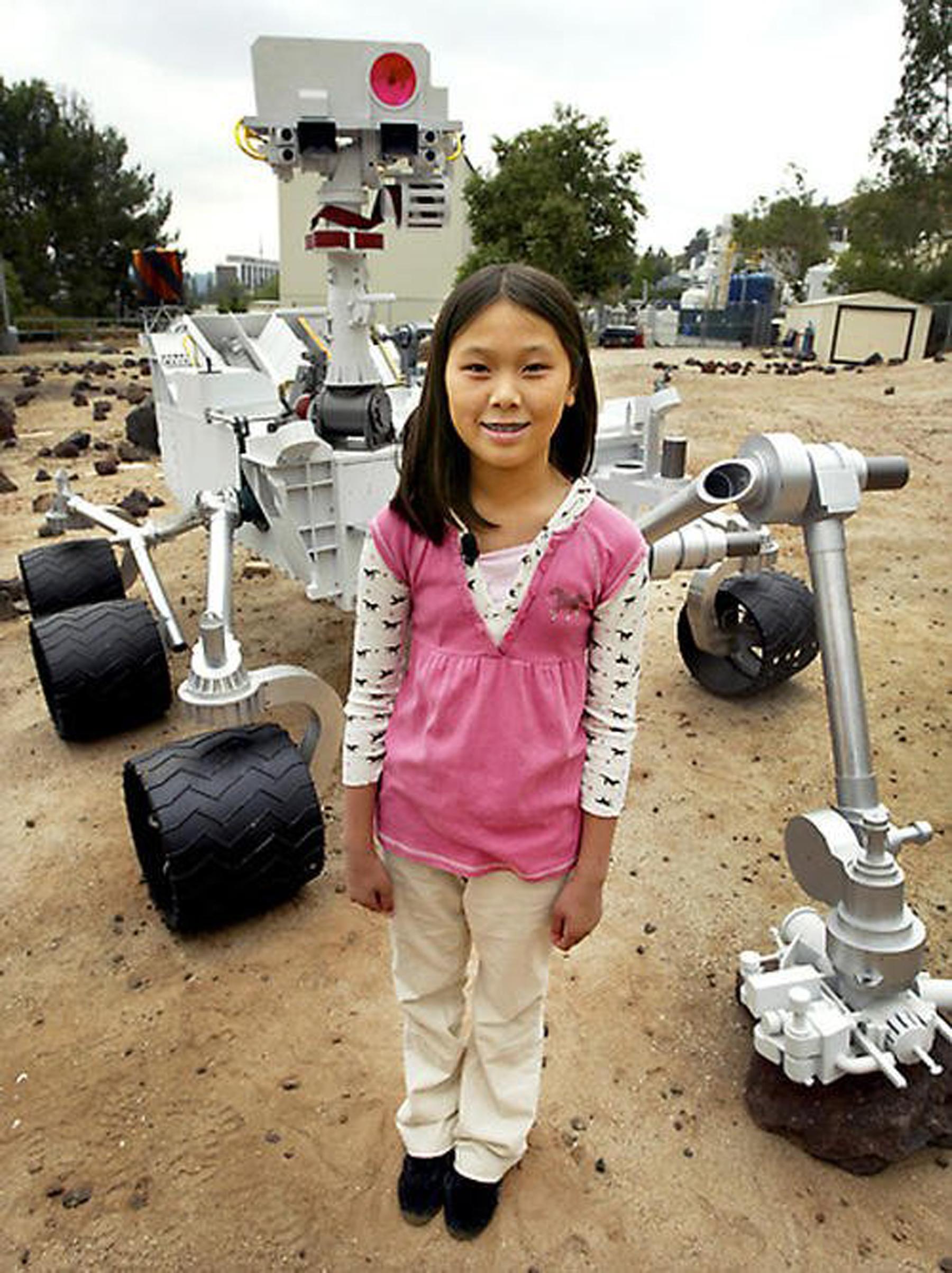 馬天琪與「好奇號」合照。(NASA)