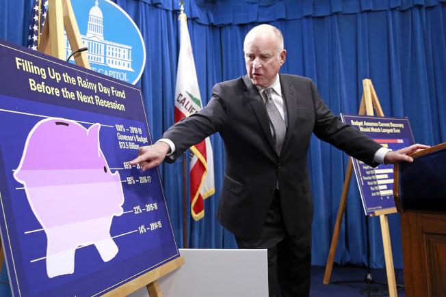 加州州長解釋州政府預算,其中包括社區學院撥款。(美聯社)