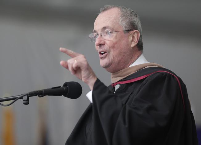 社區學院屬於公立大學,受到政府支持。圖為新州州長出席Bergen社區學院畢業典禮。(美聯社)