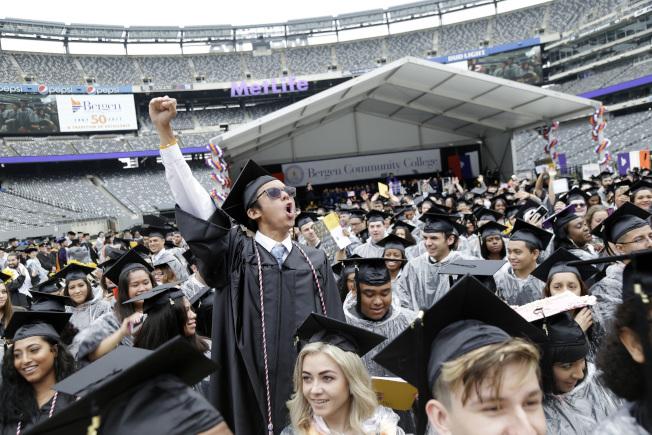 社區學院畢業生,或者工作,或者轉入四年制大學學習。(美聯社)