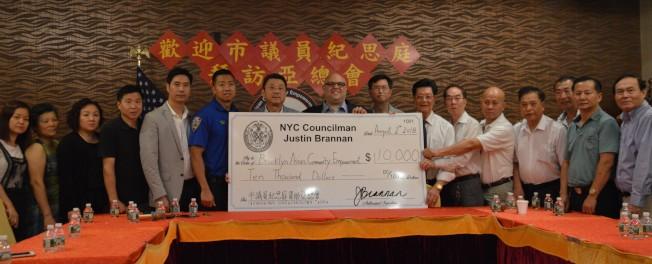 亞總會接受市議員紀思庭帶來的1萬元經費。(記者牟蘭/攝影)