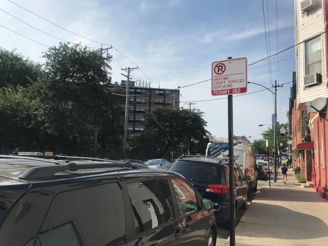 芝城華埠停車問題難解,居民建議擴大「需停車許可街道」,解決住戶停車一位難找的困境。(記者董宇╱攝影)