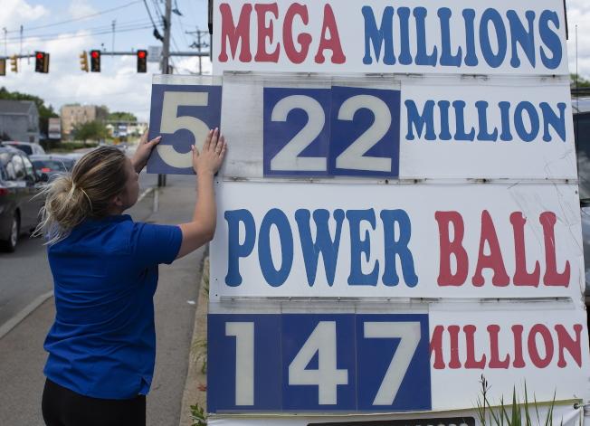 7月24日開獎的兆彩獎券,開獎前估計獎金為5.22億元,由於買氣旺盛,最後一舉衝上5.43億元。(歐新社)