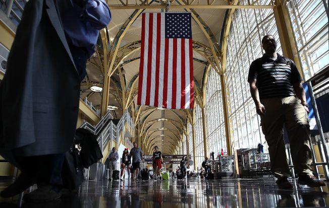 12歲中國女孩馬金晶在華府機場不告而別,驚動多個執單位跨州尋人。圖為雷根機場通往機門的走廊。(Getty Images)