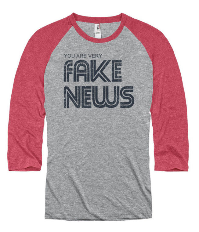 新聞博物館禮品店販售「你是假新聞」T恤。(取自Newseum官網)