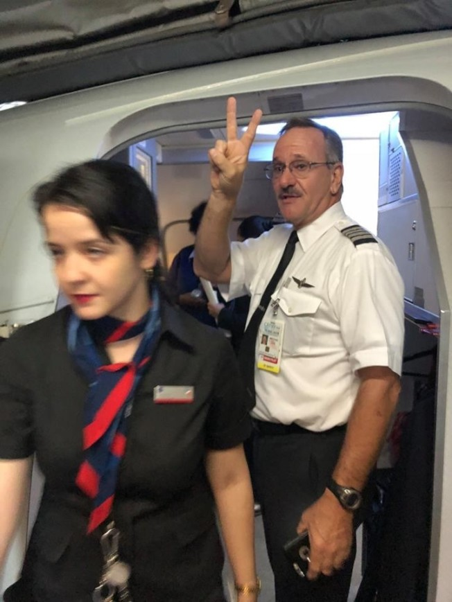 空姐聲稱機長被胡晶晶的大提琴盒子打到流血,胡在下機時拍下機長向她做出勝利手勢的照片。(唐杰提供)