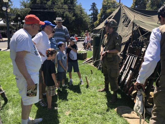 工作人員穿上軍服,介紹二戰時期使用的物品、武器、戰車等。(記者林亞歆/攝影)