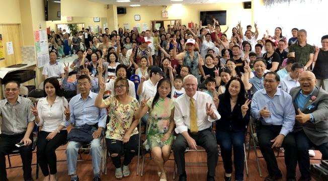 華裔家長和組織代表支持艾維樂參選連任州眾議員。(記者朱蕾/攝影)