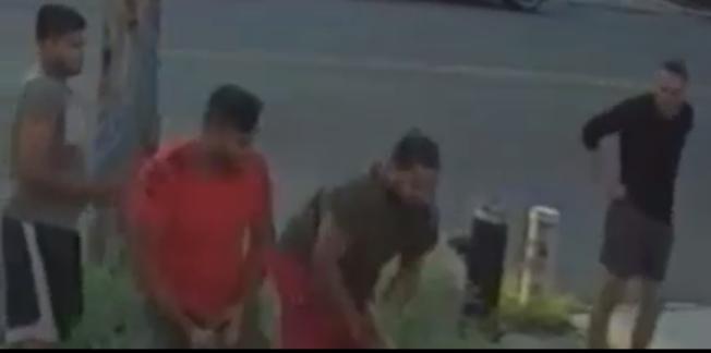 四名男子涉嫌持武器攻擊一名男子。(警方提供的視頻截圖)